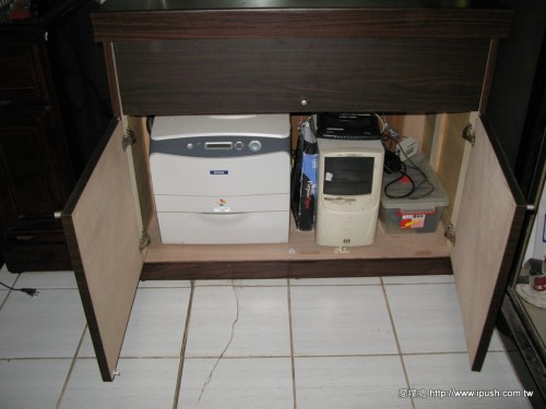 下方放了雷射印表機、主機和不斷電系統