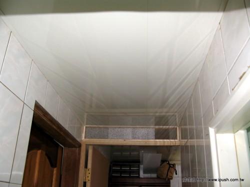 走道天花板(漏水的水管就是在這上方)